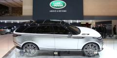 Спортивный кроссовер Velar с выдвижными ручками дверей и сильным наклоном задней стойки займет место между Evoque и Range Rover Sport. Автомобиль построен на той же платформе, что и Jaguar F-Pace и сохранил его колесную базу – 2874 миллиметра. Центральная консоль сделана почти полностью сенсорной, а в списке опций есть лазерные фары.