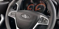 Круиз-контроль у версии 1.8 включается на левой спице. У версии 1.6 с архитектурой от Renault по-другому: на спице заглушка, а в слепой зоне под рулем мелкая «реношная» клавиша.