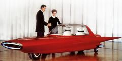 Ford Gyron  Американский дизайнер Алекс Тремулис, известный работой над необычным Tucker и концептом автомобиля XXI века Ford X-2000, в 1961 г. построил еще более футуристичный прототип. Ford Gyron ради лучшей аэродинамики должен был ездить на двух колесах, а баланс обеспечивал гироскоп. Интересно, что в создании машины поучаствовал дизайнер Сид Мид, в будущем автор концепт-арта для фильмов «Звездный путь», «Бегущий по лезвию» и «Трон».