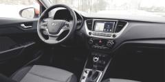 В Hyundai у основания центральной консоли предусмотрена вместительная ниша для смартфонов с розетками.