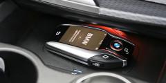 С помощью брелка с сенсорным экраном машину можно двигать взад-вперед дистанционно