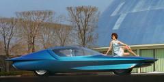 Buick Century Cruiser  Спустя несколько лет после ухода Харли Эрла, General Motors выпустил четвертый прототип Firebird. Космический дизайн машины не устарел и спустя пять лет, когда на ее основе был создан еще один концепт – Buick Century Cruiser. Теперь его оснастили телевизором, холодильником и мультиконтурными сиденьями. А главное автопилотом, позволявшим передвигаться по автоматизированными дорогам. Маршрут загружался при помощи перфокарты.