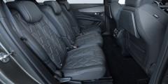 Плюсы: приличный запас до передних сидений, предусмотрены столики и регулировка обдува зоны. Минусы: кресла узкие — когда откидываешь спинку своей секции, соседние теснят.