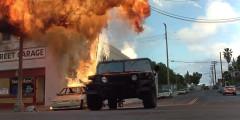 «Скала» (1996)   «Скала» — еще один фильм Майкла Бэя, еще одна отличная погоня в исполнении Шона Коннери на Hummer HMC4 и Николаса Кейджа на Ferrari F355 Spider по улицам Сан-Франциско, множество аварий со всевозможных ракурсов на любой вкус. К удовольствию зрителя Ferrari не выдерживает напора знаменитого канатного туристического трамвая, который до сих пор курсирует по улицам Сан-Франциско.