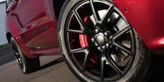 Для улучшения управляемости колеса SRT установлены с отрицательным развалом в 1,68 градуса. Усиленная тормозная система — за дополнительные 70 тыс. руб.