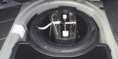 Помимо запаски, в подполье у седана Volkswagen есть пенопластовый ящик.