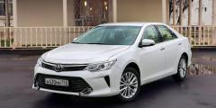 Toyota Camry  Toyota Camry безучета специальных предложений можно купить за1407000 рублей. Это будет самая простая комплектация «Стандарт» сдвухлитровым мотором иАКП. Следующий уровень оснащения «Стандарт Плюс» врамки нового лимита уже непроходит—стоит минимум 1460000 рублей.