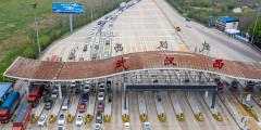 Автомобили, ожидающие разрешения въехать или выехать в Ухань. 24 марта власти провинцииХубэй разрешили людям, прошедшим медицинские осмотры, впервые за два месяца покинуть регион. Транспортные ограничения в Ухане будут сняты 8 апреля