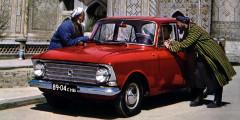 Москвич-408  «Москвич-408» изначально разрабатывался сприцелом наэкспорт. Его предшественник пользовался хорошим спросом зарубежом, нобыстро устаревал. А настилистику явно повлияла американская выставка 1959 года. На экспорт уходили автомобили счетырьмя фарами, более мощным двигателем ищедрой хромированной отделкой. Иностранцы ценили выносливость машин.Так, норвежский журнал «Техникенс верльд» в1968г. писал: «Москвич выдерживает жестокое обращение, ипритом лучше, чеммы могли себе представить». В те годы наэкспорт уходило до40% машин, аврекордном в1968г. доля экспорта АЗЛК составила 55%.