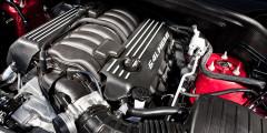 Двигатель Hemi V8 6.4 оснащен системой улучшения экономичности. В определенных условиях здесь отключается половина цилиндров, о чем водителю сигнализирует индикатор.