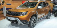 Dacia Duster  Новая Dacia Duster — потенциальный бестселлер российского рынка (у нас кроссовер будет продаваться под брендом Renault). У автомобиля кардинально поменялось оформление передней и задней части, но силуэт при этом остался прежним.