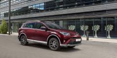 Toyota RAV4 российского производства по результатам проведшего месяца вошла в тройку самых популярных кроссоверов, уступив только бюджетным Hyundai Creta и Renault Duster. В мае продажи выросли на 23%, до 3 166 машин. И это второй раз с начала года, когда RAV4 в плюсе. Пока же по результатам первых пяти месяцев кроссовер отстает от темпов 2016 г., но наверстать упущенное помогут спецпредложения.