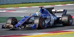 Sauber C36 Пилоты: Маркус Эрикссон, Паскаль Верляйн, Антонио Джовинацци Швейцарский коллектив Sauber вступает в новый сезон с грузом нерешенных проблем: финансовый дефицит, травмированный гонщик (основной пилот конюшни Паскаль Верляйн пропустил тесты) и прошлогодний мотор Ferrari, который неизбежно приведет к отставанию от соперников. Увы, в сезоне-2017 уже есть записной аутсайдер – и ликвидировать это отставание за один год не получится при всем желании. К озвученным проблемам прибавляется отсутствие спонсоров. В такой ситуации Sauber ничего не оставалось, как написать на болиде «25 лет» – в знак своего юбилейного, 25-го сезона в Формуле-1. На выходе получилась стильная ливрея в сине-золотой гамме – пока это единственное, что по-настоящему удалось Sauber в этом году.