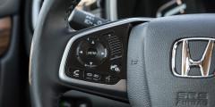 Регулятор громкости на руле можно нажимать или «скроллить» — очень удобно.