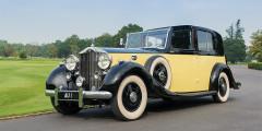 «Третий» Phantom cтал серьезным технологическим рывком для консервативной марки: независимая передняя подвеска, задняя с регулируемыми амортизаторами, усилитель тормозов. Мотор V12 ставился на Rolls-Royce впервые и следующий раз появится только в конце 1990-х. Производство «Фантома» остановилось с началом Второй мировой войны, а всего с 1935 г. изготовили семь сотен шасси. Редкий и дороже золота – самый подходящий автомобиль для главного злодея «Голдфингера».