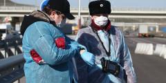 Сотрудники Роспотребнадзора на блокпосту перед подъездом к Крымскому мосту со стороны Керчи