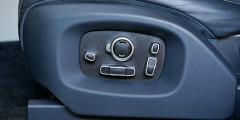 У водительского кресла предусмотрено множество регулировок. И все они, конечно же, оснащены электроприводом.