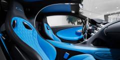 В отделке интерьера использовано все самое лучшее, что только можно себе представить. Несколько вариантов кожи и алькантары, полированный алюминий и карбон. Но главная точка притяжения в салоне Chironдаже не спидометр, размеченный до 500 км/ч, а дуга между сиденьями со встроенной подсветкой, дублирующая так называюмую Bugatti-line снаружи