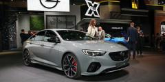 Opel Insignia  Новый Opel Insignia GSi оснащен двухлитровым четырехцилиндровым турбомотором, развивающим 260 л.с. и 400 Нм крутящего момента. Двигатель работает в паре с новой восьмиступенчатой автоматической коробкой передач с возможностью смены ступеней при помощи подрулевых лепестков.