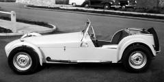 «Увеличивая мощность, ты становишься быстрее на прямых. Снижая вес, ты становишься быстрее везде», – так создатель Lotus 7 Колин Чепмен сформулировал главное преимущество своего автомобиля. «Семерка», выпускавшая с 1957 по 1973 гг., стала популярной благодаря различным клубным гонкам. Машину можно было приобрести в виде комплекта для самостоятельной сборки – так она обходилась дешевле.