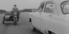 «Берегись автомобиля» (1966)  Фильм про угонщика автомобилей Юрия Деточкина знают все. Наполненная юмором и отличной актерской игрой эта комедия Эльдара Рязанова стала действительно народной. Советский детектив разошелся на цитаты, фильм и сейчас смотрится легко, а знаменитая погоня за ГАЗ-21 главного героя выполнена без комбинированных съемок для максимальной достоверности.