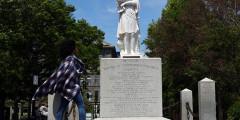 Бостон, Массачусетс, США. Обезглавленный памятник Христофору Колумбу
