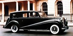 Следующий Phantom появился только десять лет спустя – компания опасалась, что флагманская модель после войны не найдет покупателей. Прототип с рядной «восьмеркой» понравился герцогу Эдинбургскому и он предпочел Roll-Royce традиционному Daimler. Всего до 1959 г. выпустили 18 «Фантомов» для членов британской королевской семьи, короля Саудовской Аравии, шаха Ирана, эмира Кувейта и прочих избранных. Бронированные машины заказал генералиссимус Франко. Один из прототипов был переделан в заводской пикап. В Великобритании и Испании четвертый Phantom до сих пор используется для торжественных случаев.