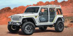 Jeep Safari 2017  Для сафари-туров предназначен Wrangler с максимальной возможным остеклением, чтобы ничто не мешало пассажирам наблюдать за дикой природой. Даже распашные двери-окна сделаны из прозрачного винила на ажурном алюминиевом каркасе. Задние сиденья ковши можно развернуть в стороны. В арсенале концепта Jeep Safari есть квадрокоптер и встроенный компрессор для подкачки шин.