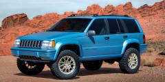 Jeep Grand One 2017  Jeep Grand One 2017г. компания Mopar посвятила 25-летнему юбилею Grand Cherokee. Базой послужил внедорожник 1993г. спробегом около100тыс. миль (160тыс. километров). Двигатель V8 ичетырехступенчатый «автомат» нетрогали, ноустановили новые мосты и18-дюймовые колеса. Расстояние междуосями выросло на10см, адорожный просвет—на5 сантиметров. Чтобы подчеркнуть дух 1990-х, внутрьустановили проводной телефон иигровую приставку GameBoy.