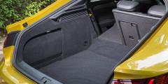 Объем багажника лифтбэка—более 560 литров. Это лишьна20 л меньше, чему Skoda Superb.