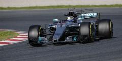 Mercedes F1 W08 EQ Power+ Пилоты: Льюис Хэмилтон, Вальттери Боттас  Действующие чемпионы из Mercedes AMG – единственная команда, создавшая машину без плавника. Плавником в Формуле-1 принято называть углепластиковую плоскость, которая продолжает кожух мотора за спиной гонщика. С конструктивной точки зрения надобности в плавнике нет. Единственная задача этого элемента – рассекать воздушный поток, что в теории может повысить курсовую устойчивость болида в поворотах. Похоже, чемпионам это не требуется – тем более, что у Mercedes AMG есть собственные аэродинамические находки. К примеру, Т-крыло, расположенное сразу за моторным отсеком. По ходу тестов это решение уже скопировали некоторые конкуренты.