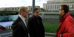 «Бумер» (2003)   Кроме того обстоятельства, что главные герои весь фильм проводят в угнанной BMW 7-Series, в «Бумере» основной сюжетной линией является дорожный конфликт Димона. По задумке сценаристов, он ездит непристегнутым, разговаривает по мобильному телефону за рулем, потом разворачивается через две сплошные и, наконец, подрезает другой автомобиль. За что и получает — бандиты в подрезанном автомобиле не прощают такого неуважительного отношения и отбирают машину героя.