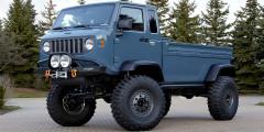 Jeep Mighty FC 2012  Когда-то у марки Jeep был грузовик скабиной наддвигателем, похожий наУАЗ «Чебурашку». Серия Forward Control выпускалась с1956 по1965гг., иконцепт Mighty FC какраз идолжен был оней напомнить. Грузовик сделали нашасси Wrangler, изегожекузовных деталей собрали бескапотную кабину. В 2016-м Mopar сделала еще один концепт—систорическим кузовом насовременном шасси.