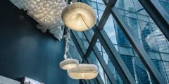 Знакомство с новым пространством начинается с суккулентов в стеклянных кристаллах, ламп в виде медуз и террасы с видом на Москва Сити. Необычный дизайн интригует и вызывает желание изучить помещение более пристально.