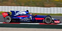 Toro Rosso STR12 Пилоты: Карлос Сайнс-младший, Даниил Квят  Еще одно новое решение показала Scuderia Toro Rosso. Итальянская конюшня выкрасила машину в насыщенный синий цвет – во всевозможных зрительских голосованиях STR12 неизменно берет первое место за внешний вид. С технической точки зрения все не так радужно: болид то и дело ломается. Технический директор Toro Rosso Джеймс Ки уже свалил вину за поломки на моторостроителей из Renault – и это плохой знак. Похоже, Даниила Квята ждет еще один непростой сезон.