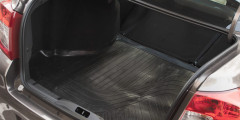 Грандиозный багажник на 530 л открывается ключом или кнопкой из салона. Под полом — полноразмерная запаска и прочный ромбический домкрат вместо вазовского винтового.