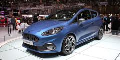 Под капотом хот-хэтча Ford Fiesta ST трехцилиндровый полуторалитровый мотор, но благодаря турбонаддуву он развивает 200 л.с. и 290 ньютон-метров. На низких нагрузках силовой агрегат отключает один цилиндр. До 100 км/ч автомобиль с шестиступенчатой «механикой» разгоняется за 6,7 секунды.
