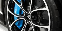 С максимальных 420 км/ч купе останавливают могучие тормозные механизмы с карбидокремниевыми дисками диаметром 420 мм спереди и 400 мм сзади. Алюминиевые суппорты имеют по 8 поршней спереди и по 6 на задней оси