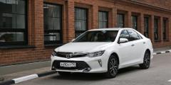 Toyota Camry  Японский седан все еще стабильно входит в топ-25 самых популярных моделей в России. В основном Camry покупают с 2,0- и 2,5-литровыми двигателями, но Toyota предлагает еще и 3,5-литровый V6. Его специально для России дефорсировали до 249 л.с., но от новых акцизных ставок Camry это не спасет — топовый вариант может подорожать почти на 120 тыс. рублей.