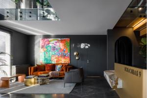 Welcome-пространство и картина стрит-арт художника Миши Моста в офиса продаж «Поклонная 9»