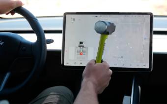 Водитель разбил кувалдой экран Tesla для проверки электрокара. Видео
