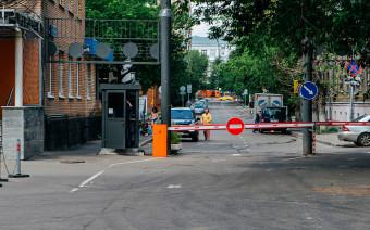Водителей пустят под шлагбаумы: в Москве нашли закрытые улицы