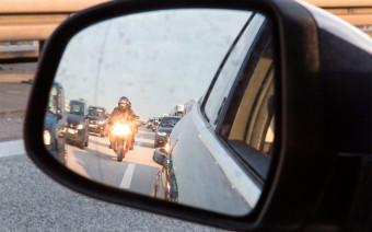 «Включайте поворотники и смотрите в зеркала». На дороги выехали байкеры