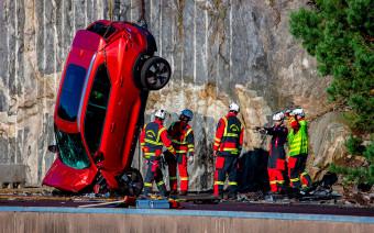 Машины бросают со скалы и сталкивают с автобусами. 7 безумных краш-тестов