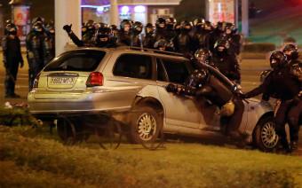 По ночам в Минске разбивают припаркованные машины. Фото, видео