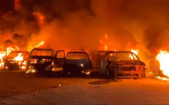 В США сгорели 40 выставленных на продажу автомобилей. Видео