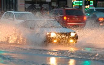 «Не суйтесь, утонете». Как водители пережили наводнение в Иркутске