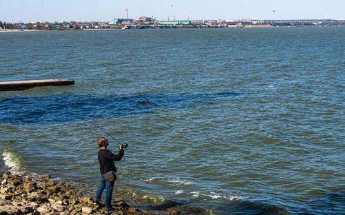 Мужчина на набережной Азовского моря