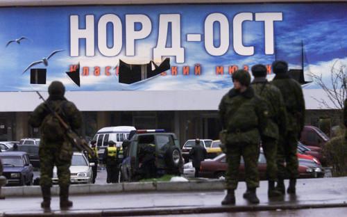"""<p><span style=""""font-size:18px;""""><strong>23 октября 2002 года, Россия, теракт в&nbsp;Театральном центре на&nbsp;Дубровке в Москве</strong></span></p>  <p>Вечером 23 октября 2002 года 40 террористов захватили заложников в&nbsp;Театральном центре на&nbsp;Дубровке в&nbsp;Москве, на&nbsp;сцене которого шел мюзикл&nbsp;&laquo;Норд-Ост&raquo;. В заложниках оказались 916 человек. Более 100 человек были освобождены спустя&nbsp;три дня в&nbsp;результате&nbsp;переговоров, нескольким удалось бежать. В ходе начавшегося в&nbsp;ночь на&nbsp;26 октября штурма все террористы были уничтожены, однако&nbsp;вместе с&nbsp;ними погибли 130 (по неофициальным данным&nbsp;&mdash; 174) заложников: <a href=""""http://www.rbc.ru/society/23/10/2012/5703fe639a7947fcbd441b50"""">считается</a>, что&nbsp;большинство из&nbsp;них были отравлены&nbsp;газом, использовавшимся при&nbsp;штурме.</p>"""