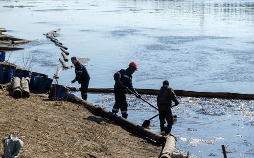 Ликвидация разлива нефтесодержащей жидкости, которая попала в реку Колву